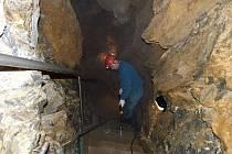 Zimní opravy v aragonitových jeskyních