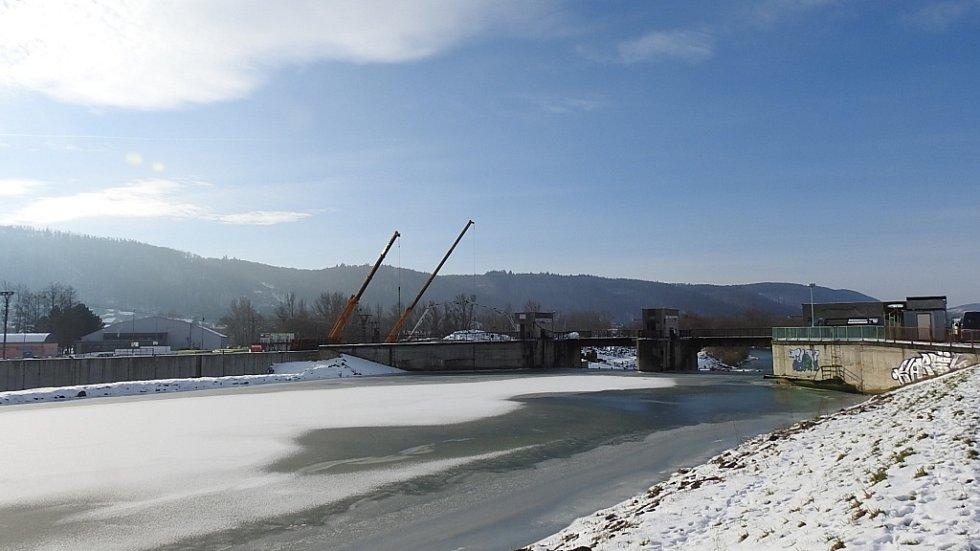 Zimní Hranice ve středu 20. ledna - zkapacitnění jezu, výstavba.