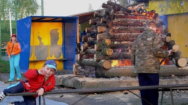 Lampiónový průvod, zapálení vatry a májová veselice v Horním Újezdu