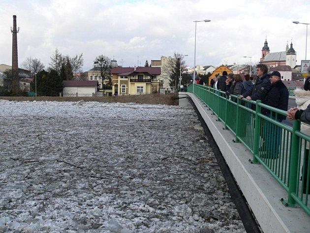 Ledová bariéra na Hranicku konečně povolila, kry a voda se valí dal
