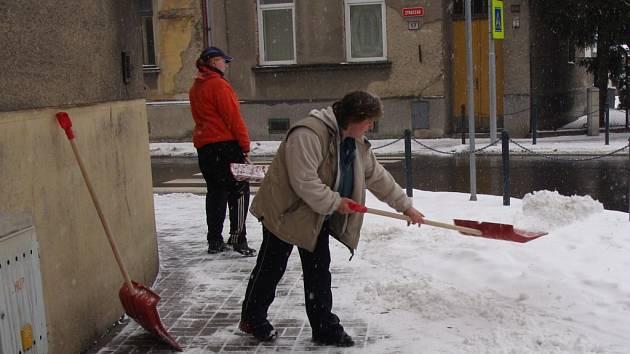 Odklízení sněhu pro majitelé domů je minulost. Obce nakoupí novou techniku a zaměstnají lidi bez práce.