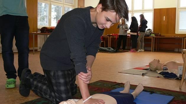 Žáci ze Struhlovska si na Střední zdravotnické škole Hranice vyzkoušeli poskytnutí první pomoci
