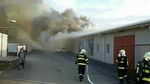 Požár lakovny soukromé firmy v Hranicích - Slavíči