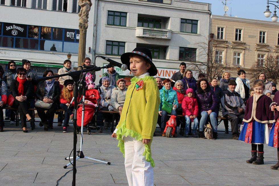 Na akci Vítání jara vystoupila na hranickém náměstí v sobotu 24. března cimbálová muzika Okybača, taneční oddělení ZUŠ Hranice, folklorní soubor Rozmarýnek a Děcka z Drahotuš.