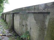 Se starosty obcí, které pravidelně postihuje velká voda, diskutoval ministr Ivan Fuksa přímo na lávce pro pěší za osadou Kamenec. Pod nimi je řeka Bečva, která by měla plánovaným poldrem protékat.