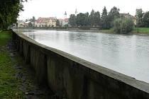 Kamenná hráz kolem řeky Bečvy v hranickém městském parku je plná prasklin