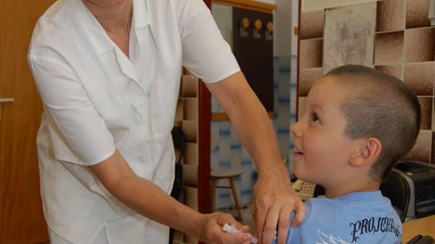 Očkování proti klíšťové encefalitidě se provádí ve třech dávkách.