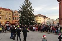 V ulicích Hranice zněly na Štědrý den koledy – na různých místech se střídala hned dvě seskupení