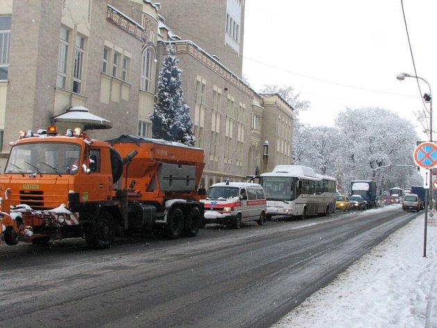 V kolonách se zdržely i vozy určené k posypu silnic.