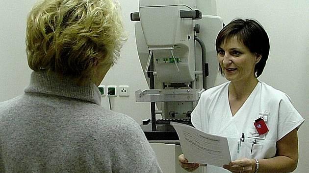 Lékařka Lucie Krpcová při konzultaci s pacientkou.