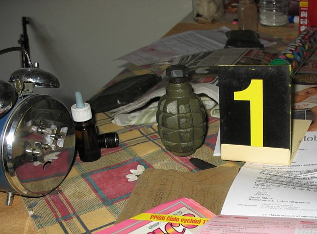 V bytě kriminalisté zajistili tělo granátu F1, pušku STEYER, padesát nábojů, plechovou krabici se střelným prachem a hlaveň brokovnice.