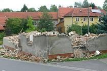 Vedení Opatovic odkoupilo dům u cesty, teď ho kvůli bezpečnosti nechává zbourat