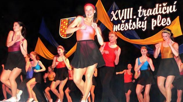 O předtančení v rytmu rock and rollu se postarali herci a herečky Moravského divadla v Olomouci.
