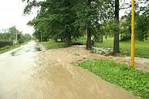 Ještě v pondělí 28. července likvidovali v Jindřichově následky řádění živlu. V pátek odpoledne se totiž obcí přehnala velká voda. Na svědomí ji měla průtrž mračen a místní potok nedávno zrekonstruovaný na padesátiletou vodu příval nezvládl.