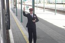 Výpravčího s červenou čepicí již na nádražích potkáte jen zřídka.