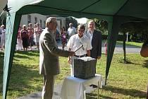 Hejtman Olomouckého kraje Martin Tesařík ve středu 24. srpna navštívil domov Větrný mlýn Skalička, kde slavnostně poklepal základní kamen stavby lůžkového pavilonu.