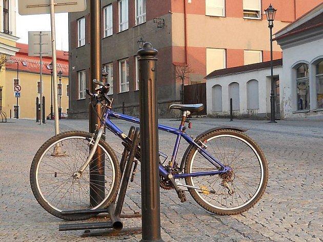 Stojan na kolo v hranické ulici 28. října