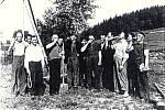 Stavění máje. Zhruba v letech 1962 až 1965 na hřišti Pod Hory v Opatovicích.