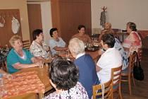 Mezi aktivity Klubu seniorů v Hranicích patří společné zpívání či stolní tenis. Členové se ale už těší i na zájezd do Rakouska