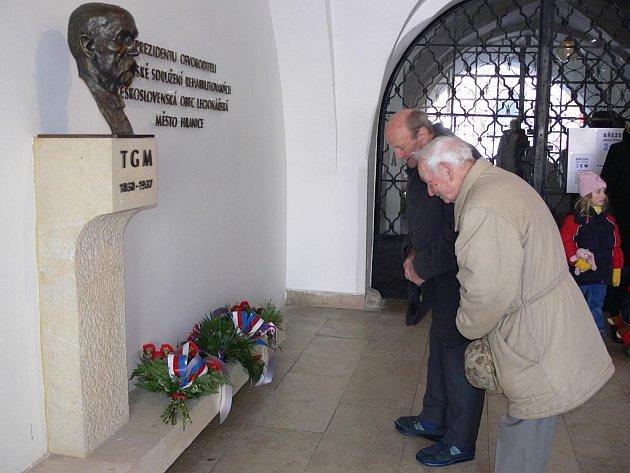 Památku prvního československého prezidenta T. G. Masaryka přišly v den jeho narozenin uctít k jeho bustě v Hranicích téměř dvě desítky lidí.