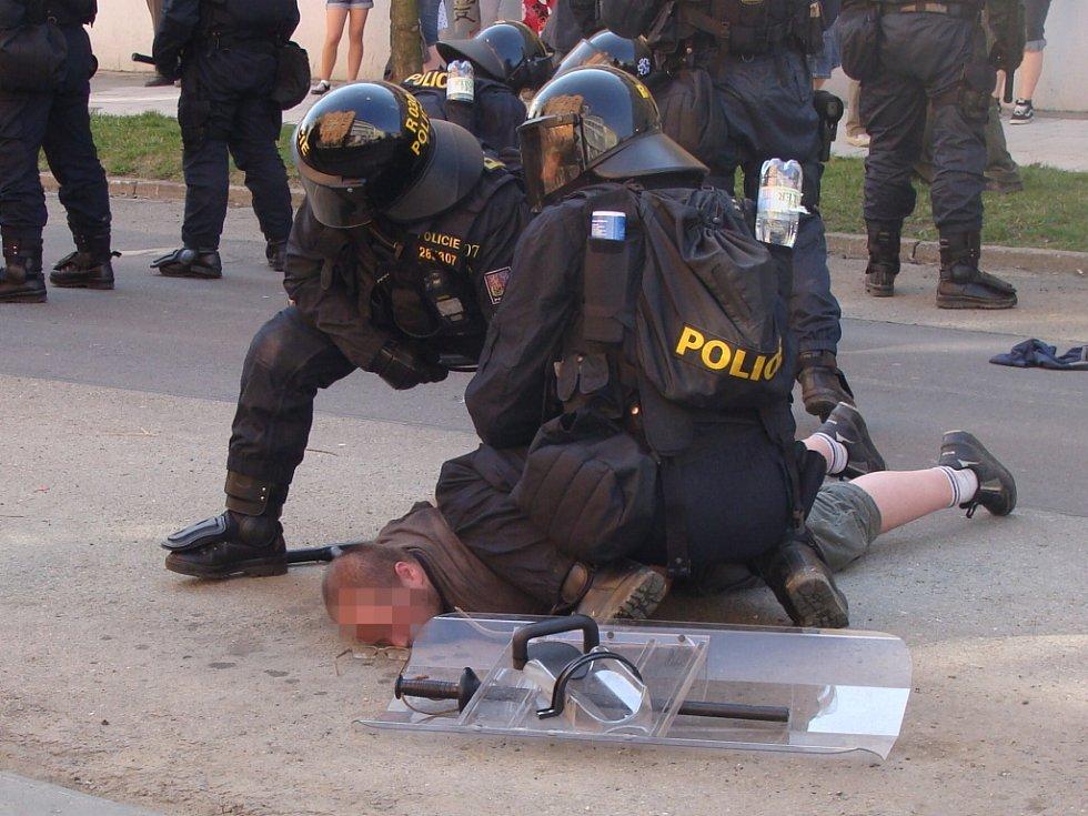 Pochod se vyostřil, zraněný byl jeden policista.