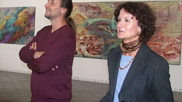Výstavu ostravského malíře, kreslíře a pedagoga Ivana Titora (na snímku vlevo) zahájila ve čtvrtek 6. září v hranické výstavní síni Synagoga kurátorka výstavy Renata Skřebská (vpravo).