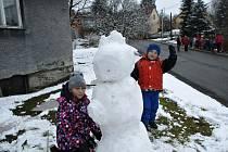 Děti na Potštátě stavěly sněhuláky.