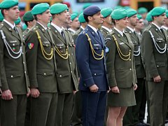 Slavnostní nástup hranické posádky. Ilustrační foto
