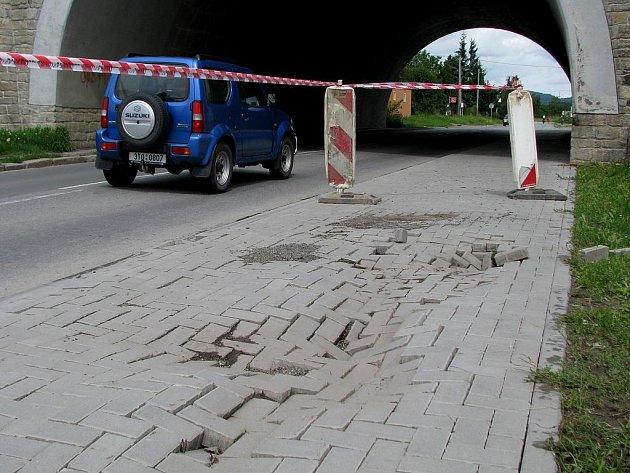 Chodník u železničních viaduktů v Hranicích používají lidé od pondělního rána na své vlastní nebezpečí. Vzhledem k tomu, že hrozí propadnutím, nechal jej Ekoltes ohraničit páskou.