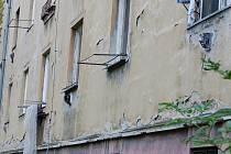 Lidé z Jižní čtvrti IV v Přerově žijí už více než padesát let v domě, do něhož se téměř neinvestovalo. Paní Helena Riesnerová musí přesto za dvoupokojový byt ve zchátralém domě zaplatit o téměř 900 korun vyšší měsíční nájem.