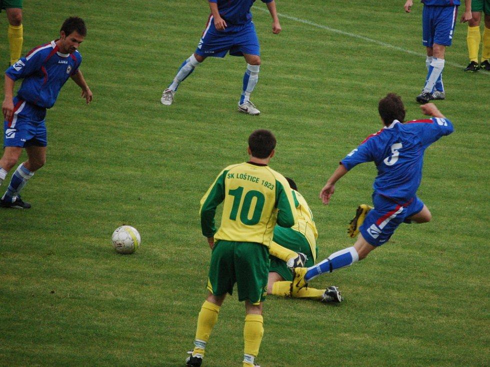 1. FC Přerov (v modrém) doma trochu překvapivě podlehl Lošticím 1:3.