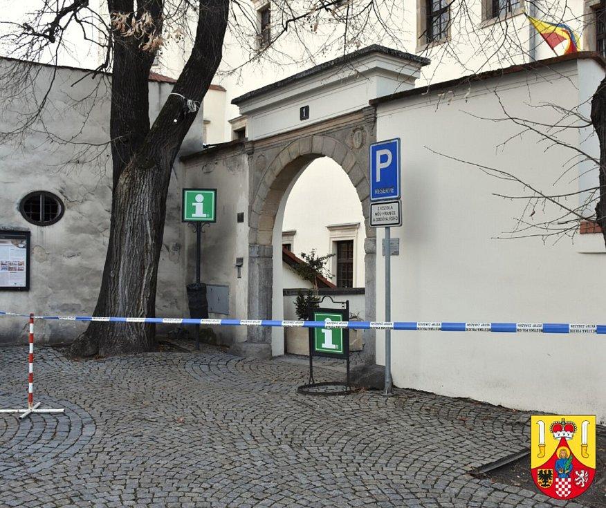 Jižní vstup do zámku je kvůli větru dočasně uzavřen. 10.2.2020
