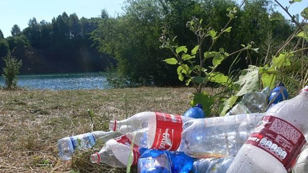 Okolí lomu v Opatovicích zaneřáděné odpadky