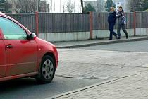 idé jsou u přechodu na Družstevní ostražití, na přednost pro chodce nespoléhají.