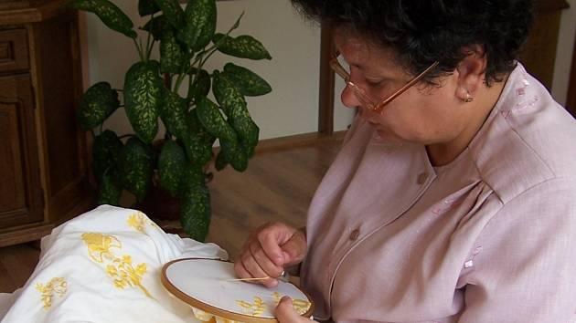 Jarmila Vítoslavská umí jako jedna z mála zhotovit hanácký kroj.