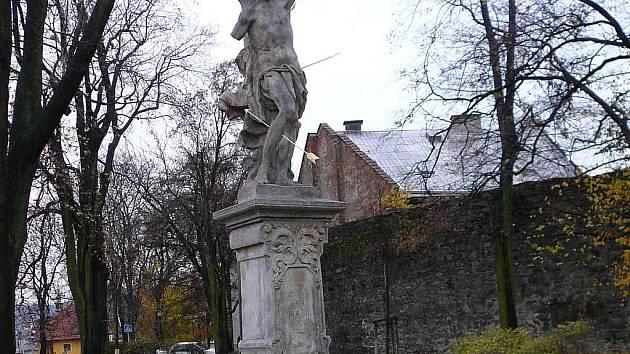 Akademický sochař René Tikal dokončil restauraci sochy svatého Šebestiána