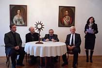 Dřevěnou monstranci ze Špiček a jeho kopii představili světu na tiskové konferenci zástupci Vlastivědného muzea v Olomouci.