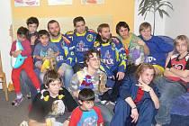 Hokejisté Přerova přijeli předat plyšáky do Dětského domova v Lipníku