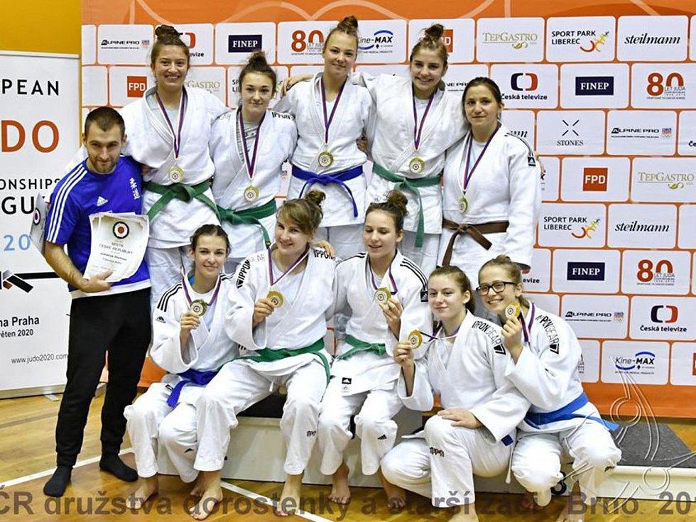 Gabriela Nádvorníková (horní řada uprostřed) pomohla JK Olomouc ke zlatu z MČR družstev dorostenek.