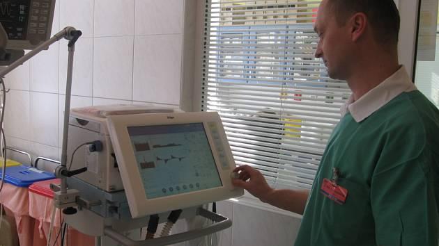 Hranická nemocnice má nový ventilační přístroj na podporu dýchání.