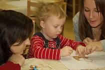 Malí návštěvníci salónu si mohli sami vyzkoušet výrobu vánočních dekorací.