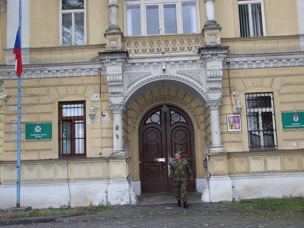 Vhranických kasárnách, kde sídlí 71.mechanizovaný prapor, je kvůli úmrtí čtyř českých vojáků vlajka na půl žerdi.