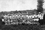 Orelská slavnost - veřejné cvičení místní jednoty Čsl. Orla za spoluúčasti sousedních jednot se konalo na obecních loukách naproti škole Ústí v roce 1932.