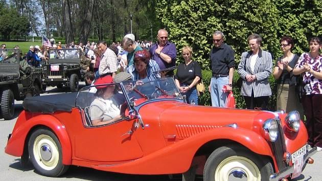 Lázeňskou kolonádou v Teplicích nad Bečvou opět projedou historická vozidla.