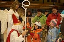 S Mikulášem, andělem a čerty se děti společně se svými rodiči vypravily na bruslích na zimní stadion v Přerově.