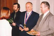V době, kdy byl Rudolf Novák (na snímku stojí uprostřed) starostou Hranic, inicioval například rekonstrukci staré radnice.