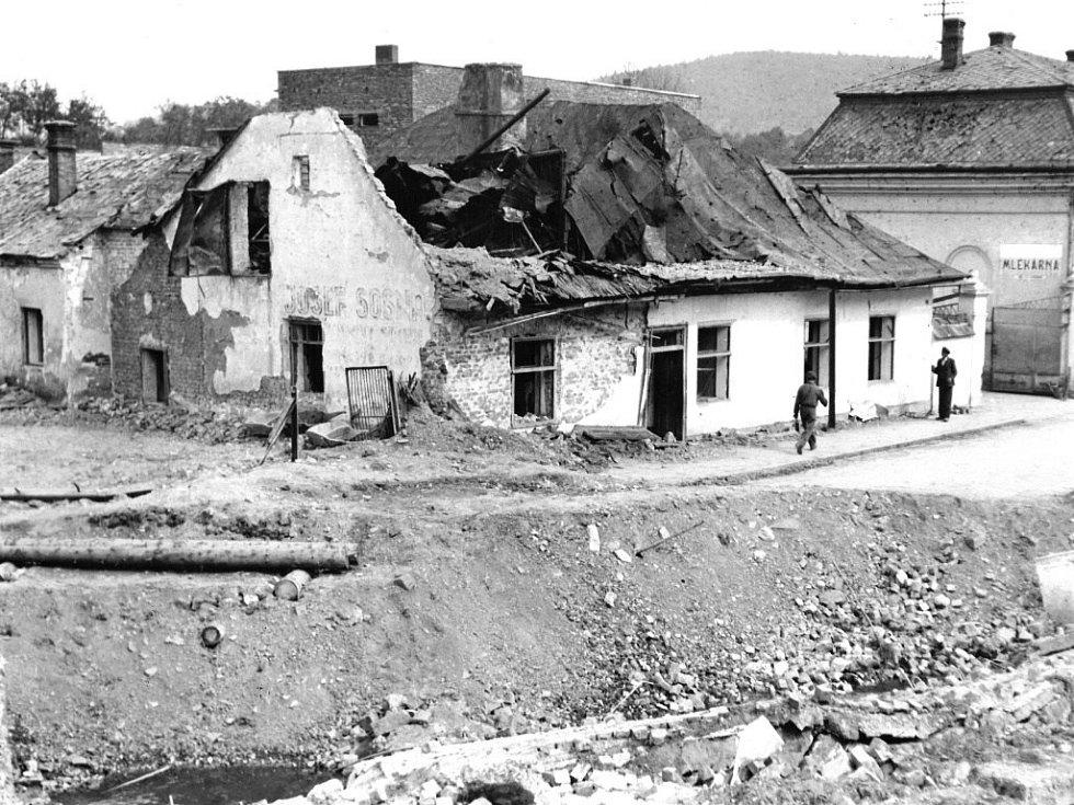 Zničené domy v Komenského ulici v květnu 1945, v pozadí je vidět stará Mlékárna, dnešní Krok.