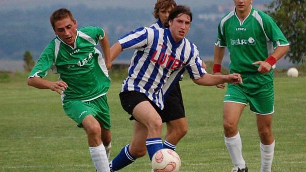 Přestože tupeský fotbalista Petr Vávra (v pruhovaném) získal svému mužstvu dvoubrankový náskok, nakonec to ve Vážanech na výhru nestačilo.