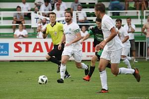 Fotbalisté Všechovic (v bílém) venku proti Bzenci