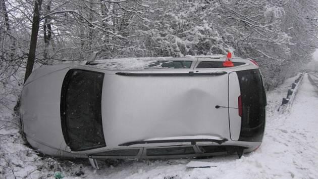 Řidič dostal smyk a vyjel vlevo do silničního příkopu, kde havaroval.